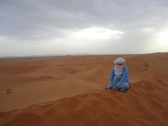 Viajera en una duna en medio del desierto.