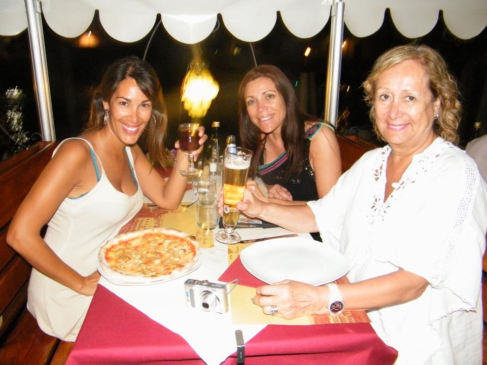 Pamela, su mamá y su hermana en Venecia