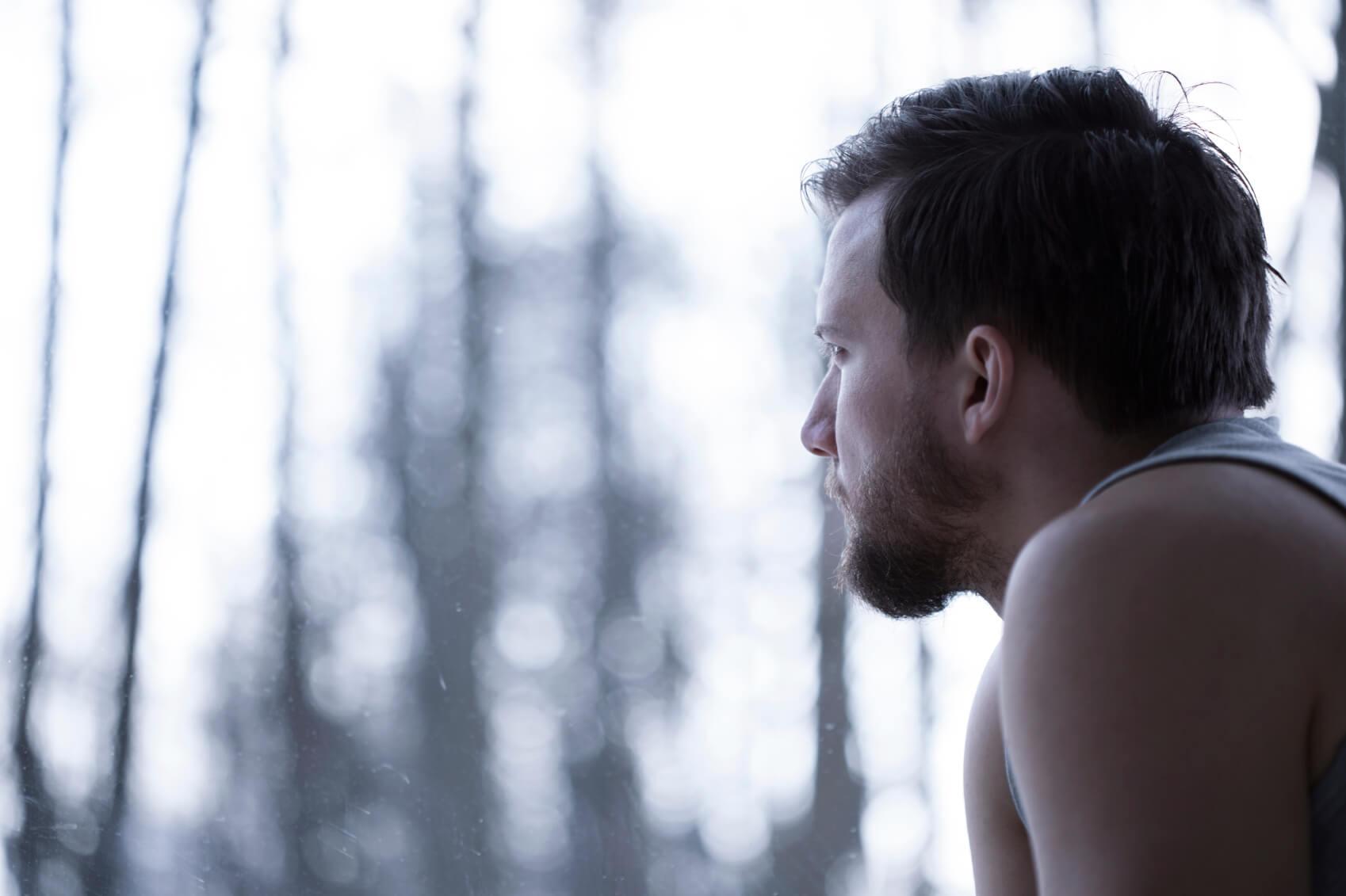 Hombre mirando por la ventana
