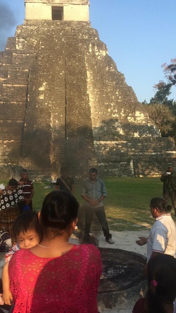 Ceremonia maya en Tikal, Guatemala