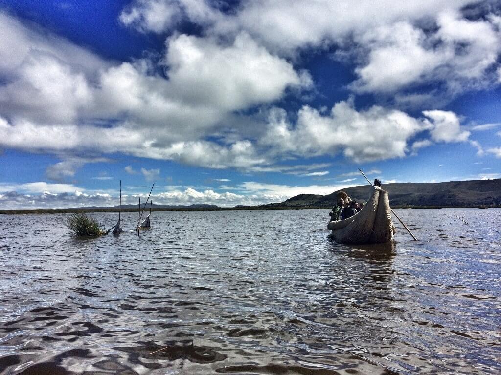 Balsa en el lago Titicaca, Perú