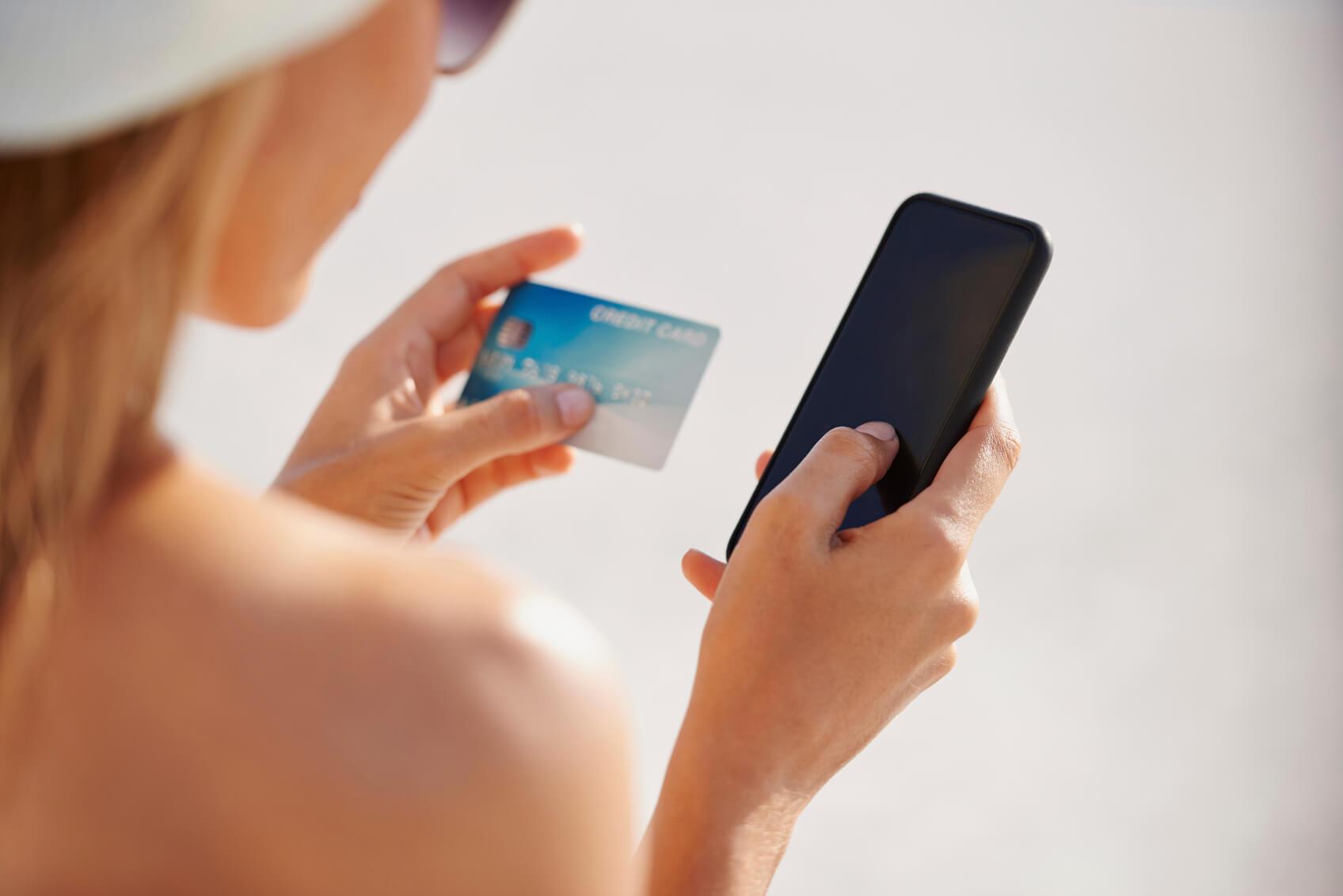 Mujer comprando con su celular
