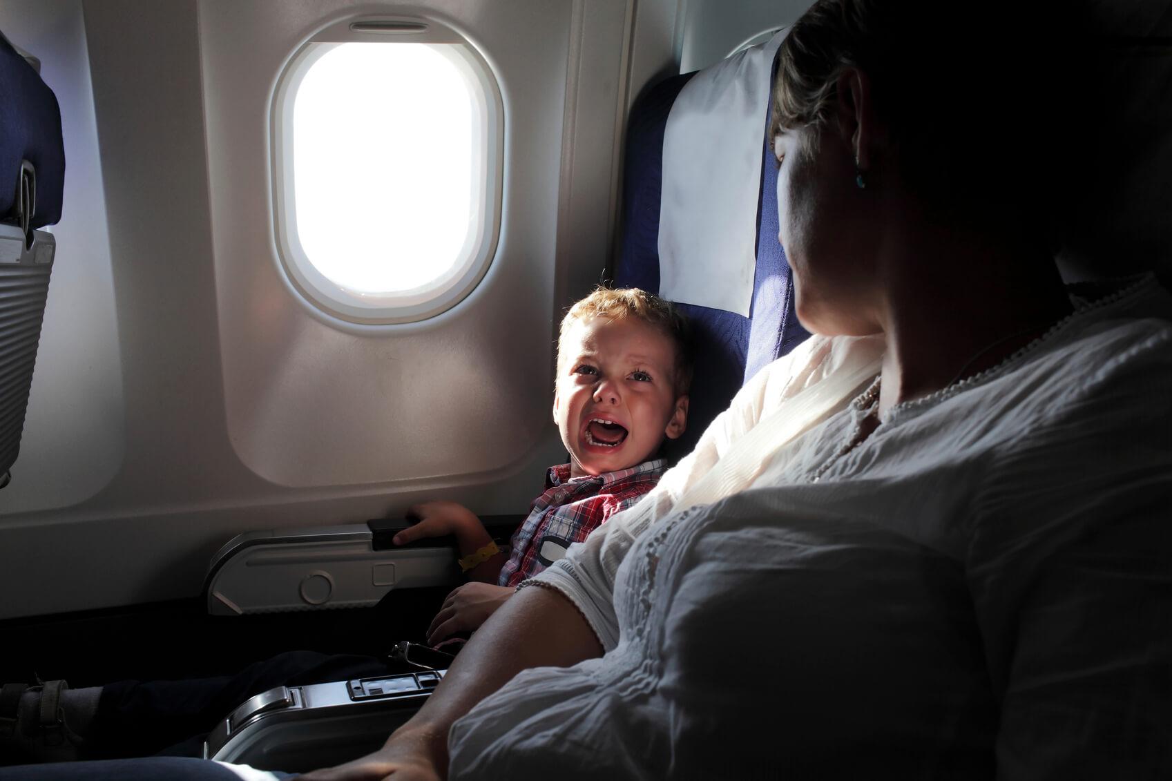 Niño llorando en un avión