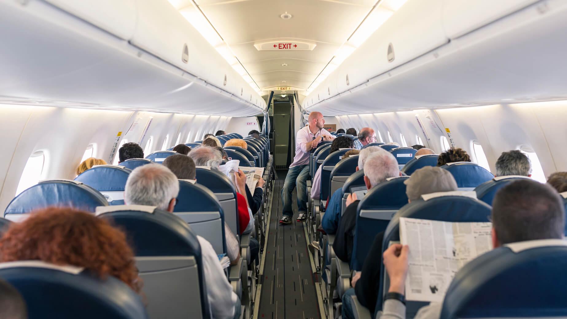 Pasajeros arriba de un avión