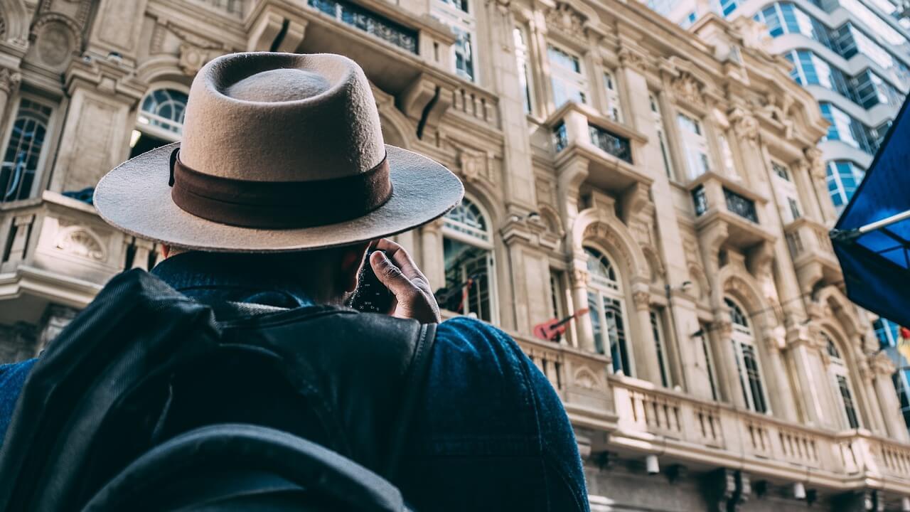 Hombre sacando una fotografía a un edificio histórico