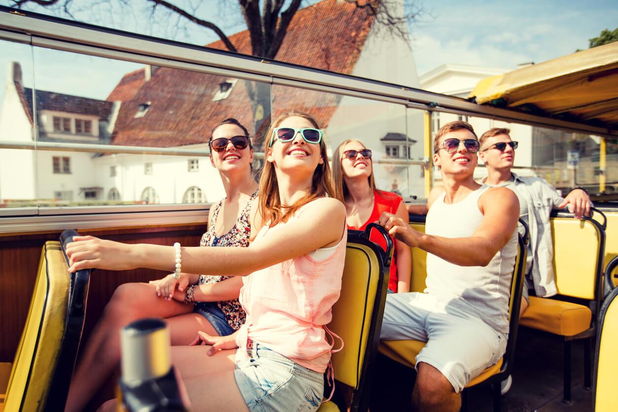 Turistas sobre un bus