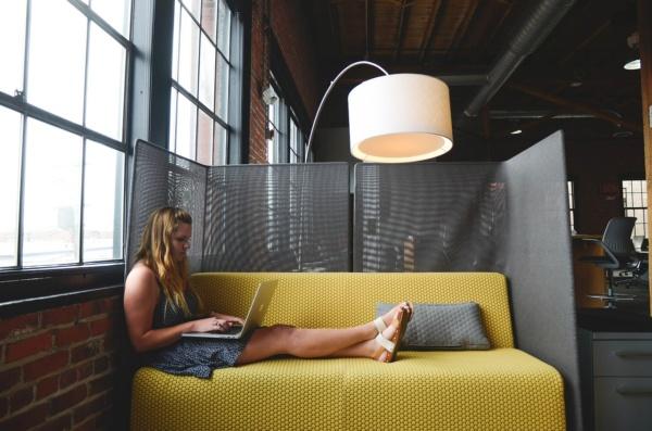 Mujer trabajado en un sofá