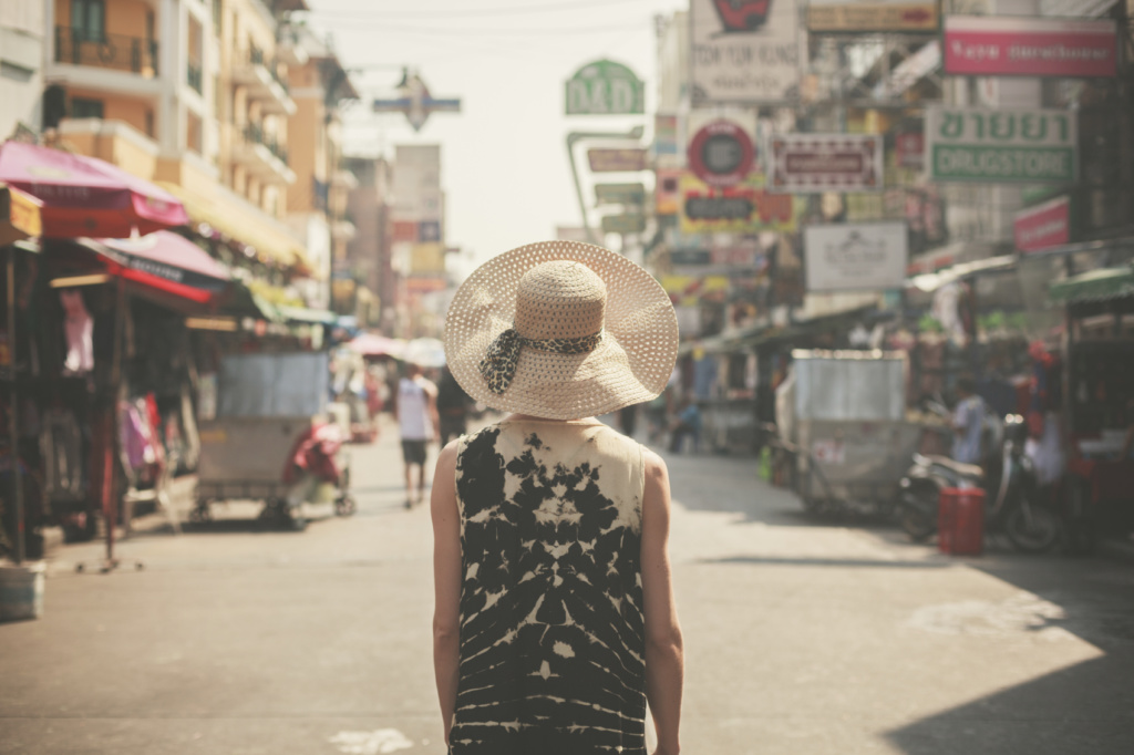 Mujer caminando por Bangkok