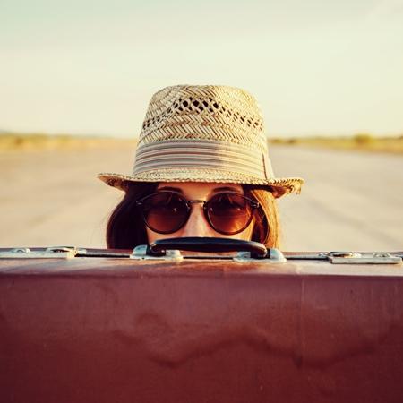 Mujer con una maleta
