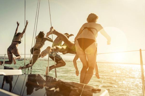 Amigos saltando en un yate