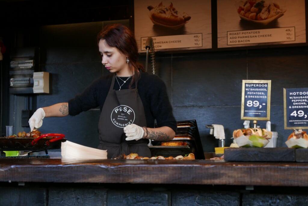 Mujer trabajando en un restaurante