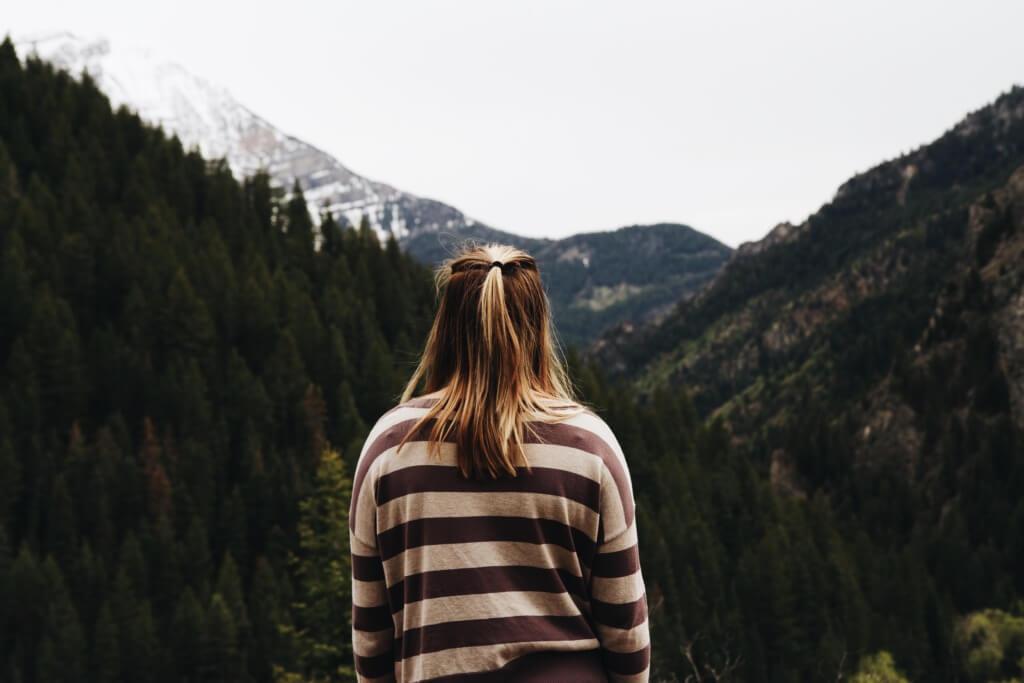Mujer frente a las montañas