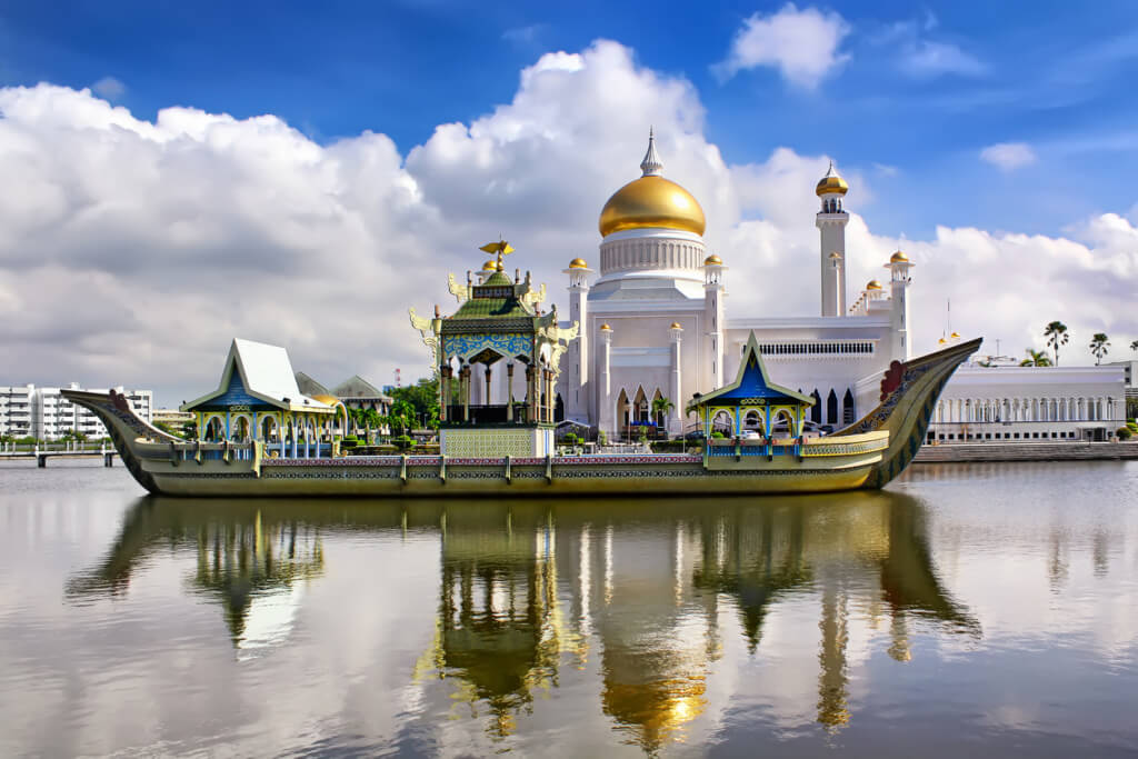 The Sultan Omar Ali Saifudding Mosque, Bandar Seri Begawan, Brunei, Southeast Asia