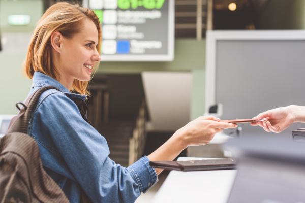 Mujer en el aeropuerto - Sueños viajeros