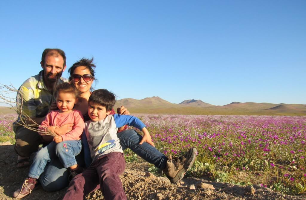 Carolina y Matías en el desierto florido - Sueños Viajeros