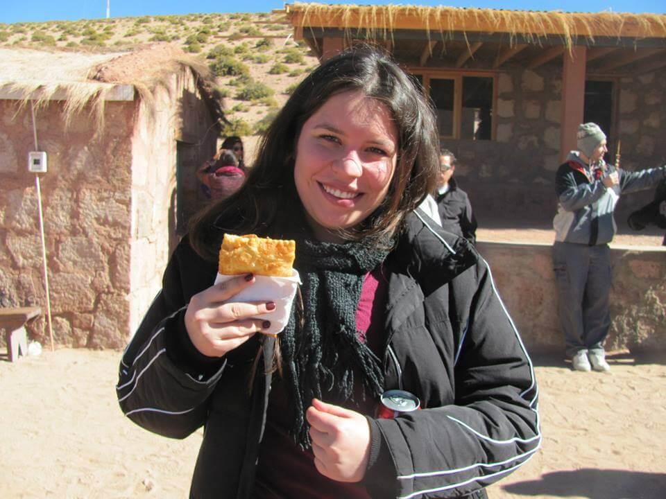 María Jesús probando una empanada de queso de cabra - Sueños Viajeros