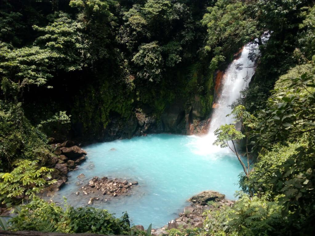 Cascada Río Celeste en el Parque Nacional Manuel Antonio, Costa Rica - Sueños Viajeros