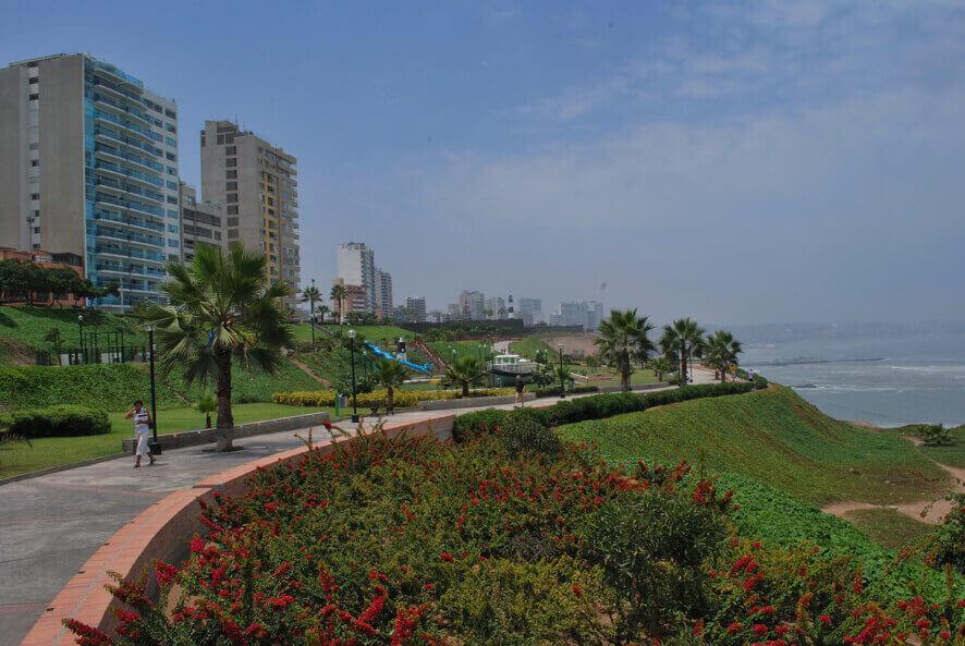 Malecón de la costa verde en Miraflores, Lima - Sueños Viajeros