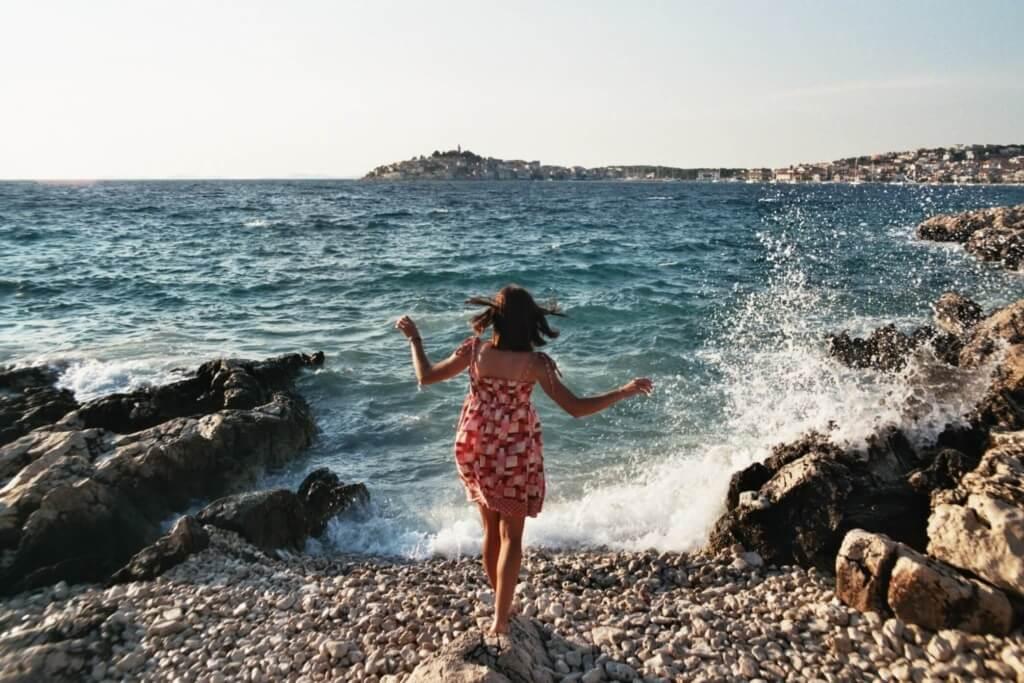 Mujer en la playa - Sueños Viajeros