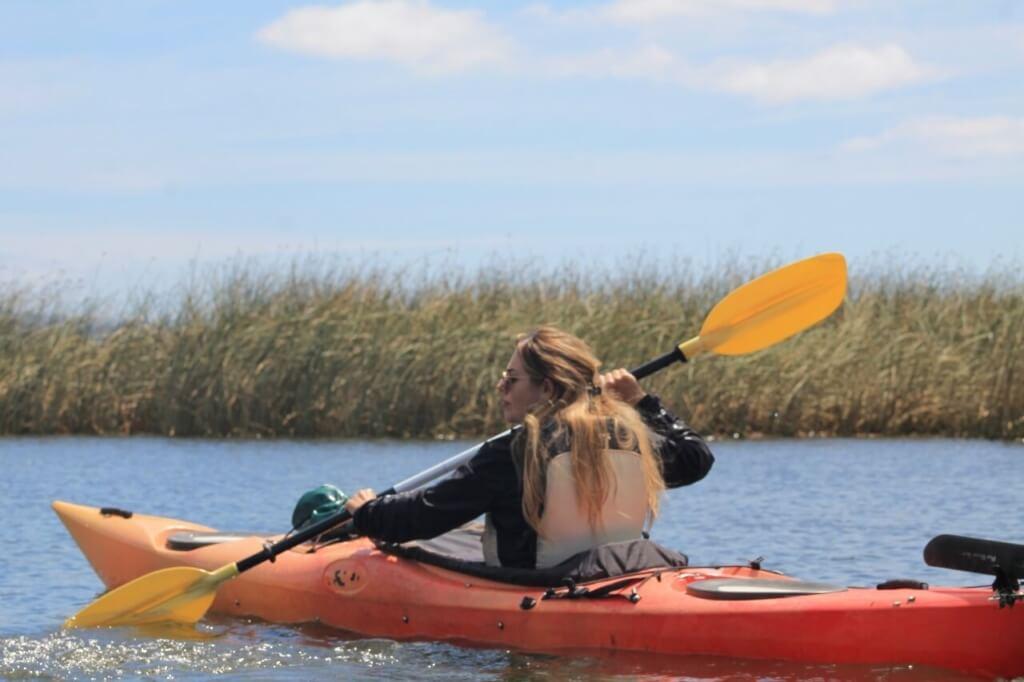 Constanza Fueyo andando en kayak por Valdivia - Sueños Viajeros