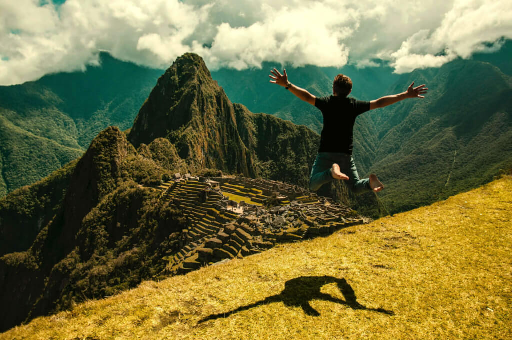 Hombre saltando en Machu Picchu